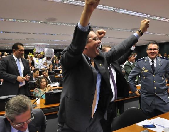 Sóstenes comemora  a aprovação do PL5069/13